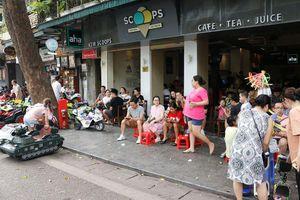 Cận cảnh công nhân tăng cường dọn dẹp môi trường phố đi bộ