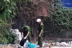 Người đàn ông nằm chết trong bãi đất trống
