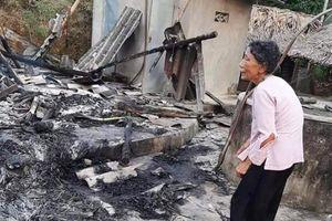Cụ bà thất thần bên ngôi nhà bị cháy rụi trong đêm