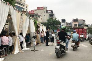 Hà Nội:Bất chấp nguy hiểm, rạp đám cưới 'mọc' giữa ngã ba đường