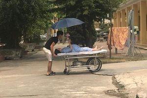 Vợ bụng bầu vượt mặt, nằm giường đẩy vẫn cố che ô để chồng khỏi nắng
