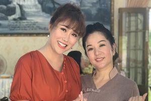 Phi Thanh Vân và Thúy Nga cùng nhau đi chùa làm từ thiện