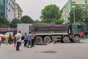 Va chạm với xe tải ở Hà Nội, một phụ nữ bị cuốn vào gầm ô tô tử vong