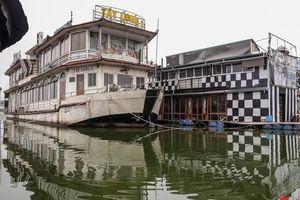 Tiềm ẩn nguy cơ cháy nổ ở bến thuyền bỏ hoang ven Hồ Tây