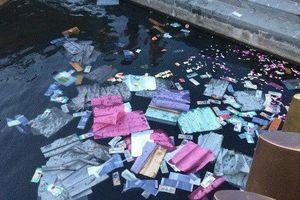 Xử lý nghiêm nhóm người thản nhiên rải vàng mã xuống sông Hương