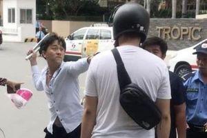 Tài xế taxi cầm côn nhị khúc dọa đánh khách Nhật Bản