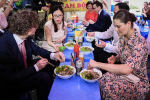 Công chúa Thụy Điển ghé quán vỉa hè Hà Nội ăn bún bò Nam Bộ