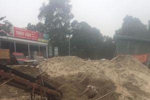 Hòa Bình: Đang xúc cát, kinh hãi phát hiện xác chết trong tư thế 'lạ'