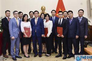 Thứ trưởng Bộ Ngoại giao Lê Hoài Trung trao quyết định phân công, điều động cán bộ