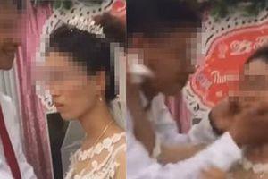 Clip gây tranh cãi nhất mạng xã hội: Chồng đòi hôn, cô dâu tức giận hất tay trước mặt quan khách