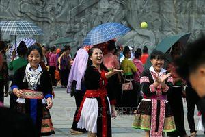 Đồng bào các dân tộc nô nức xuống phố mừng ngày giải phóng Điện Biên Phủ