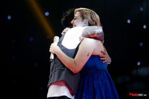 1001 lần Tuấn Hưng ôm thí sinh nữ, khiến Tuấn Ngọc… bất bình: 'Ôm hết, kể cả thí sinh về đội khác'