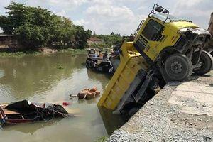 Xe ben chở đá trôi xuống sông, đè chìm thuyền bán tạp hóa