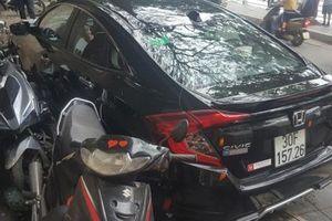 Hà Nội: Xe ô tô 4 chỗ mất lái, đâm hỏng nhiều xe máy dựng trên vỉa hè
