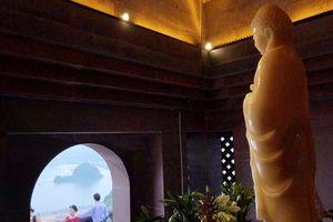 Tượng Phật hồng ngọc nặng 4.000 kg trong chùa Ngọc (Tam Chúc, Hà Nam)