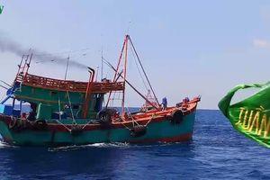 Liên tiếp bắt giữ 2 tàu chở dầu lậu trên biển