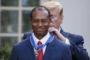 Tiger Woods rưng rưng nước mắt nhận Huân chương từ Tổng thống Trump