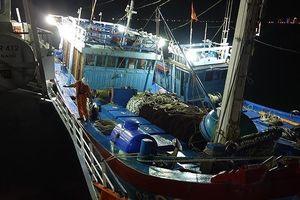 Vượt hơn 200 hải lý ra Hoàng Sa cứu 16 ngư dân gặp nạn
