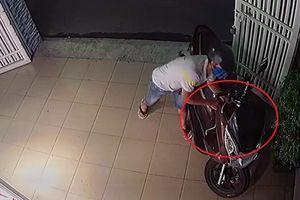 Vào tận nhà đang có chủ để bẻ khóa lấy xe máy