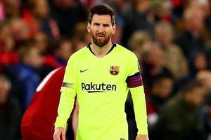 Messi bị CĐV Barca bao vây tại sân bay Liverpool