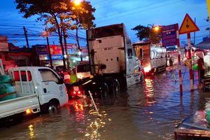 Đường phố ở Đồng Nai ngập sâu sau cơn mưa chiều