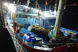 Cứu 16 ngư dân tàu cá gặp nạn trên biển