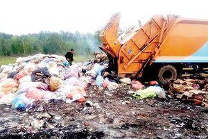 Vụ đổ lén chất thải ở Vĩnh Lộc B, Bình Chánh: Lấy mẫu phân định ngưỡng chất thải nguy hại