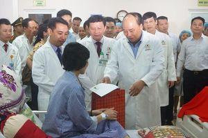 Thủ tướng Nguyễn Xuân Phúc kéo băng khánh thành Bệnh viện ung bướu Thanh Hóa