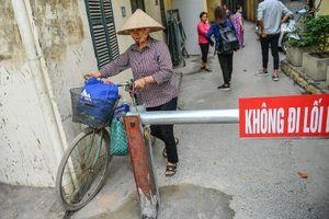 Người dân Hà Nội tự dựng barie 'hạn chế xe cộ' vì... quá ồn