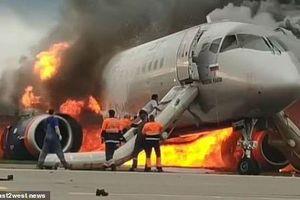 Video cơ phó liều mình cứu cơ trưởng trên máy bay Nga bốc cháy