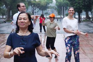 Người dân Thủ đô bất ngờ khi tập thể dục cùng 'vị khách đặc biệt'