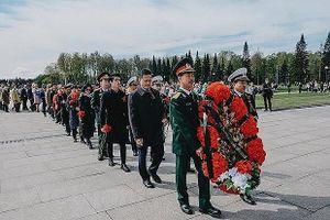 Người Việt tại Saint-Petersburg tri ân các anh hùng chống phát-xít