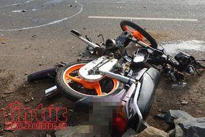 Xe máy chở ba húc con chó chạy ngang đường, một thanh niên tử vong