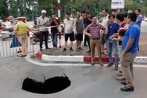 Bất ngờ xuất hiện hố 'tử thần' sâu gần 2m trên phố Trần Đại Nghĩa, Hà Nội