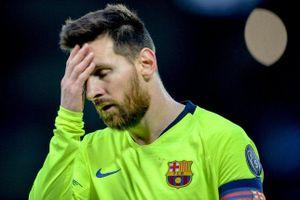Messi bị xe bus của Barcelona... bỏ rơi ở Anfield