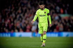 Xót xa hình ảnh Messi đổ gục, fan Barca khóc tức tưởi tại Anfield