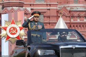 Siêu xe mui trần nặng 6 tấn của Tổng thống Putin lần đầu tiên xuất hiện trên đường phố Moscow