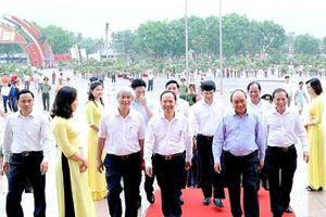 Thủ tướng Chính phủ Nguyễn Xuân Phúc thăm quan triển lãm 'Thanh Hóa xưa và nay'