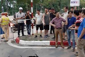 Hà Nội: Bất ngờ xuất hiện hố 'tử thần' sâu gần 2m trên đường Trần Đại Nghĩa