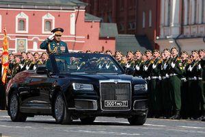 Siêu xe Aurus cabriolet mới của Putin xuất hiện giữa dàn vũ khí 'siêu khủng'