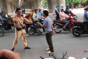 Hà Nội: Túm áo rồi đạp đổ xe CSGT để 'giải cứu' bạn nhậu bị kiểm tra nồng độ cồn