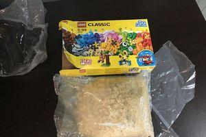Mở hộp lego, phát hiện ma túy đá