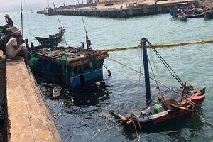 Trục vớt 2 tàu cá của ngư dân bị sóng biển đánh chìm