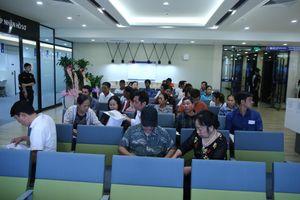 Làm visa đi Hàn Quốc: Hết cảnh xếp hàng từ nửa đêm, chen lấn chờ làm thủ tục