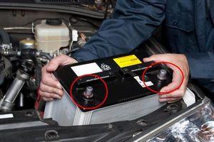 Thay ắc quy – Chiêu trò 'móc túi' quen thuộc của thợ sửa xe