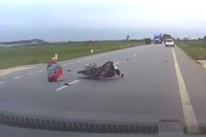 Qua đường không quan sát, người phụ nữ đi xe máy bị ô tô hất ngã