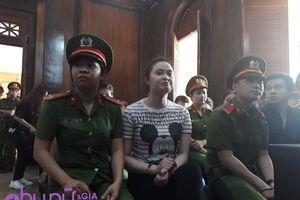 Sau khi phản cung, hot girl Ngọc Miu - người tình của trùm ma túy Văn Kính Dương cười rạng rỡ khi vào tòa