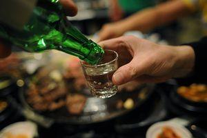 Pha thuốc kích dục vào rượu: Từ liệt dương đến… liệt giường