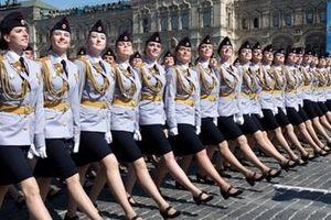 Ngơ ngẩn trước nụ cười của nữ quân nhân Nga tại duyệt binh Chiến thắng