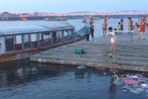 Nhóm người rải vàng mã trên sông Hương bị xử phạt